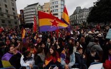 Banderas repúblicanas, gritos y ardientes soflamas para recibir a los Reyes de España