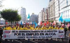Trabajadores de Alcoa Avilés participan en la manifestación de La Coruña contra el cierre de plantas