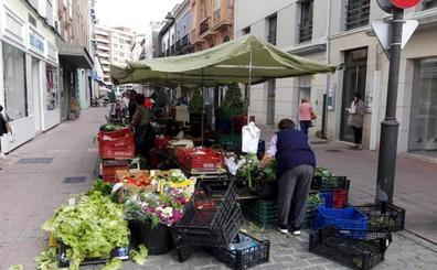 Vendedores del mercado de Avilés indignados por el traslado de sus puestos a la calle Rui Pérez