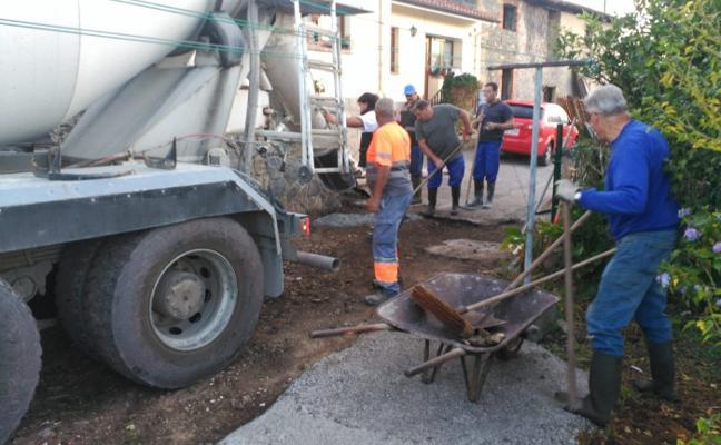 Selorio se vuelca en el asfaltado de uno de los caminos principales de Bárzana