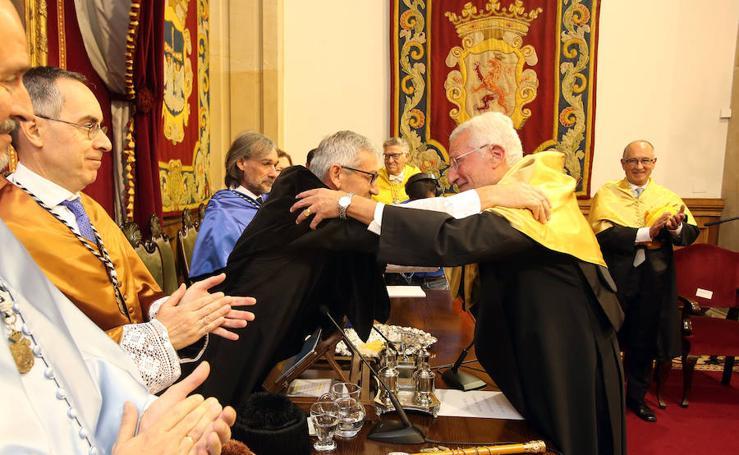 El nefrólogo Carmine Zoccali, investido 'doctor honoris causa' por la Universidad de Oviedo