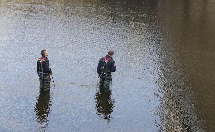 La Policía busca el arma homicida del crimen de La Felguera en el embalse de Soto de Rey