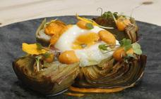 Alcachofas confitadas con romesco y huevo