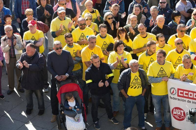 Masiva concentración de los trabajadores de Alcoa en Avilés