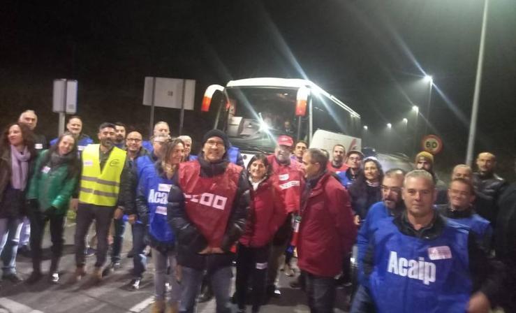 Funcionarios de prisiones bloquean la entrada al Centro Penitenciario de Asturias