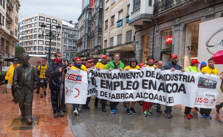 La plantilla de Alcoa Avilés marcha a pie hacia Oviedo