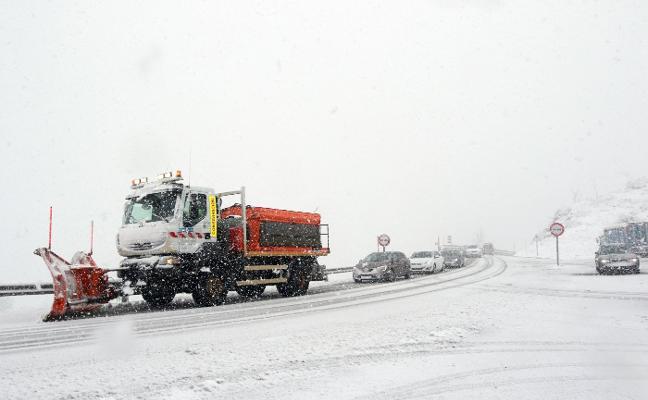 El temporal complica la salida de Asturias y deja temperaturas de tres grados bajo cero