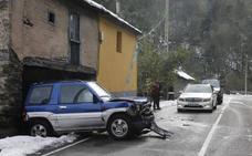 Herida una conductora tras empotrar contra una vivienda en Cangas del Narcea