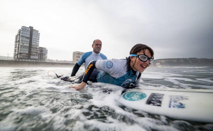 La invidente Carmen López, rumbo al Mundial de Surf