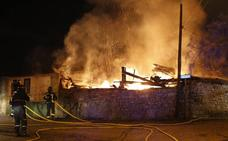 Alarma en Gijón por un fuego descontrolado que calcinó un tendejón