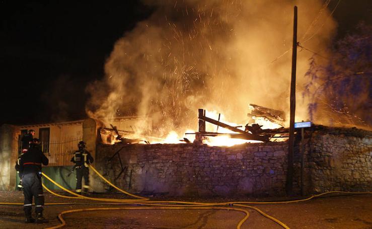 Incendio en un tendejón en el barrio de Roces, en Gijón