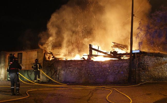 Alarma en Roces por un incendio que calcinó un tendejón