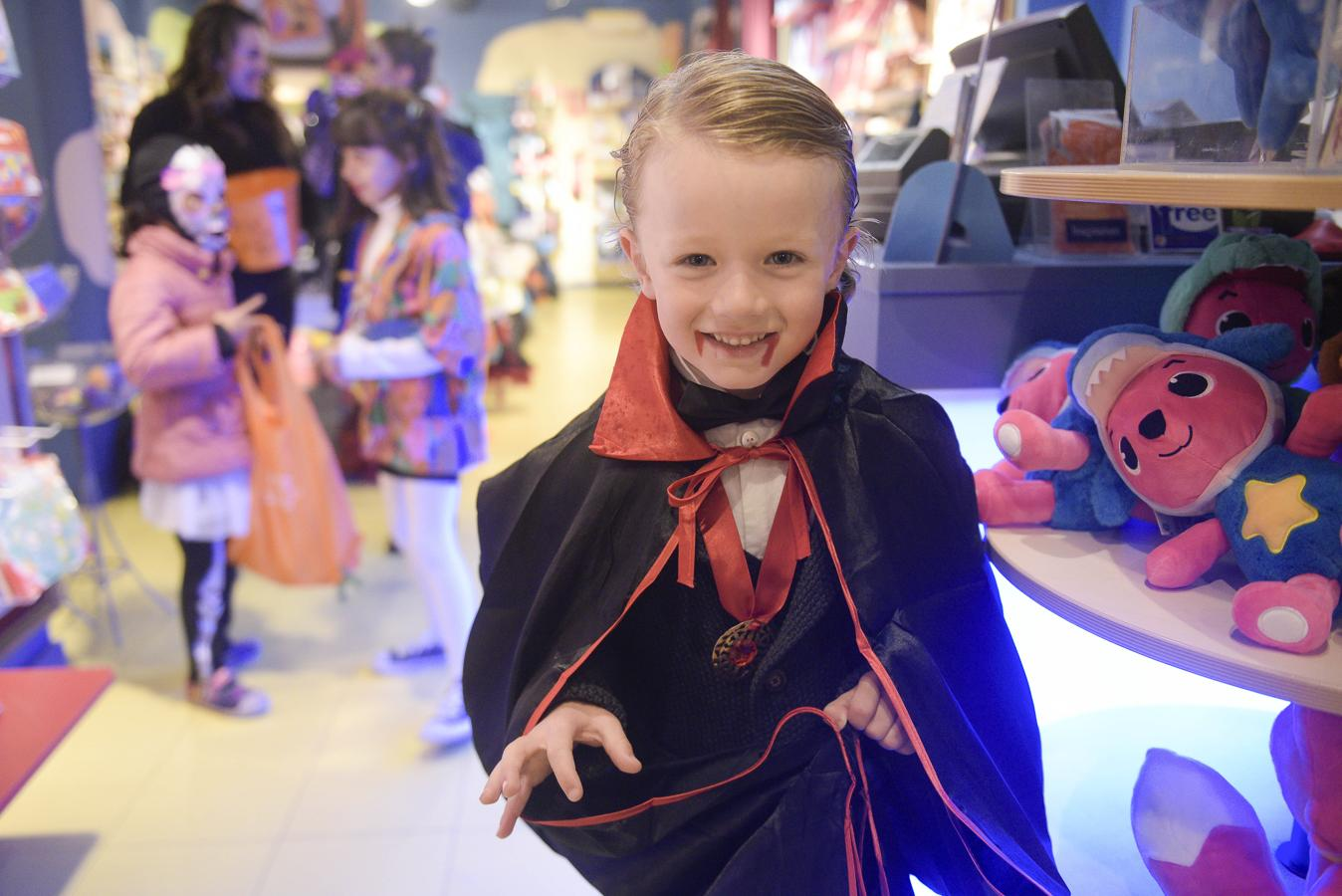 Los más pequeños llevan el espíritu de Halloween al centro de Oviedo