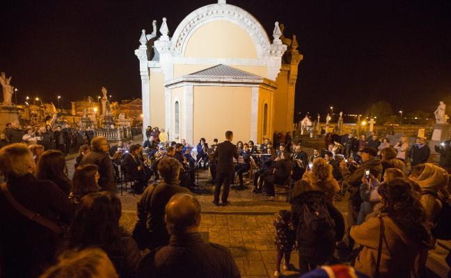 La festividad de Todos los Santos llenará hoy los cementerios