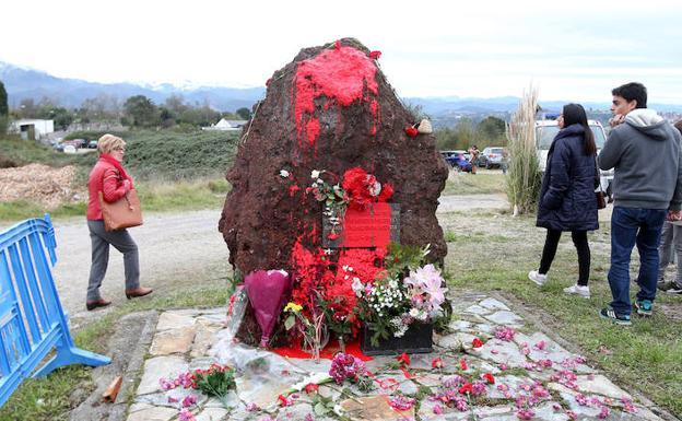 Imagen del monolito dedicado a las víctimas del franquismo esta mañana./ÁLEX PIÑA