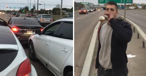 Se baja del coche con la cerveza en la mano tras chocar contra otro vehículo