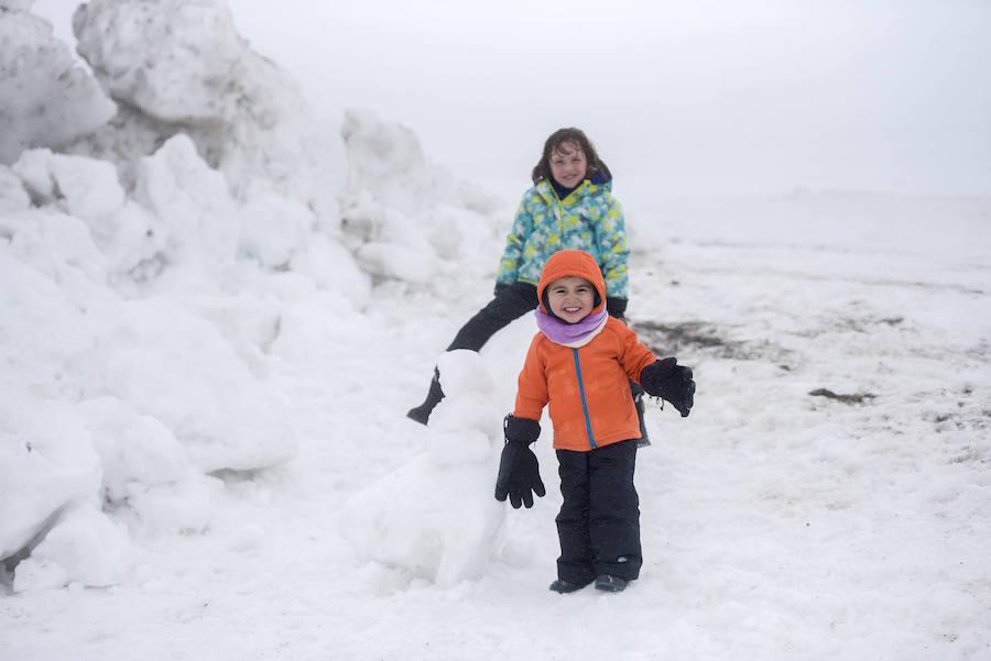 Los visitantes disfrutan de la nieve en Pajares