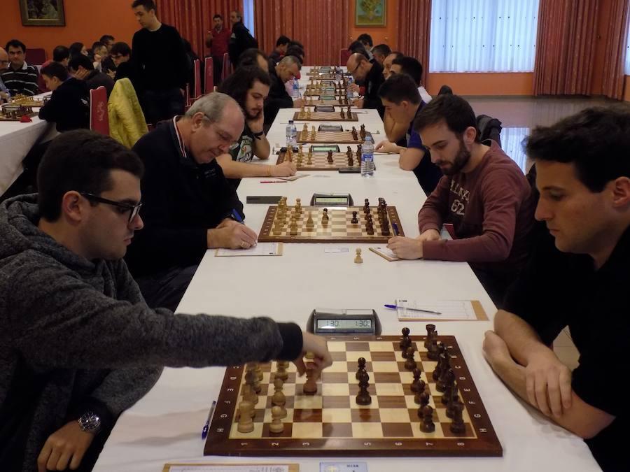 Enrique Álvarez lidera a falta de dos partidas