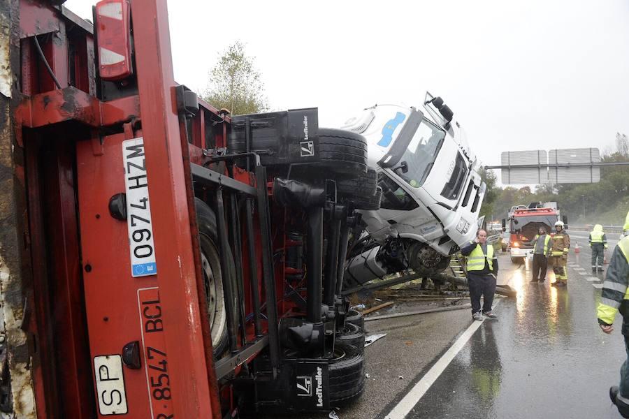 Un camionero herido en un aparatoso accidente en la A-66 en Oviedo