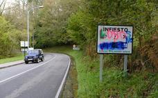 Aparecen pintadas contra el lobo en los carteles de entrada a Infiesto desde Caso