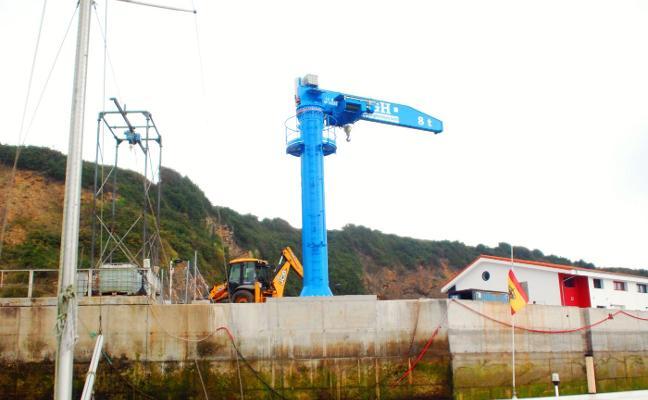 El puerto deportivo de Luanco añade una nueva grúa para el servicio de embarcaciones