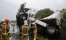 Herido leve el conductor de un camión tras volcar en la A-66