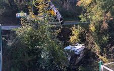 Cae una furgoneta al río a la salida de Arriondas