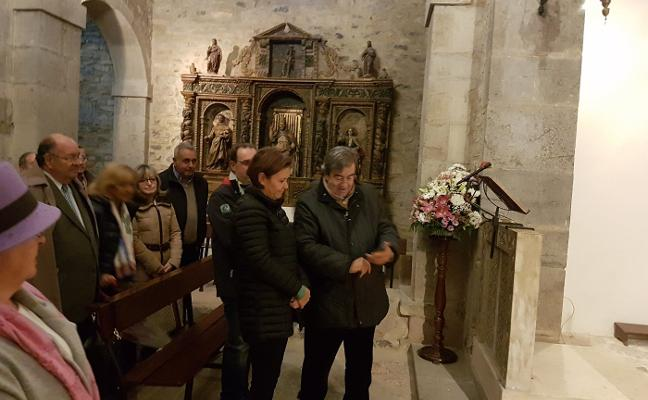 Ofrenda floral de Foro Asturias al Rey Silo y la Reina Adosinda en Santianes de Pravia