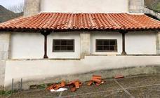 El temporal de nieve agrava los daños del tejado de la iglesia de Caleao