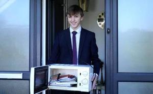 Un colegio prohíbe llevar mochilas y un alumno utiliza un microondas para llevar los libros