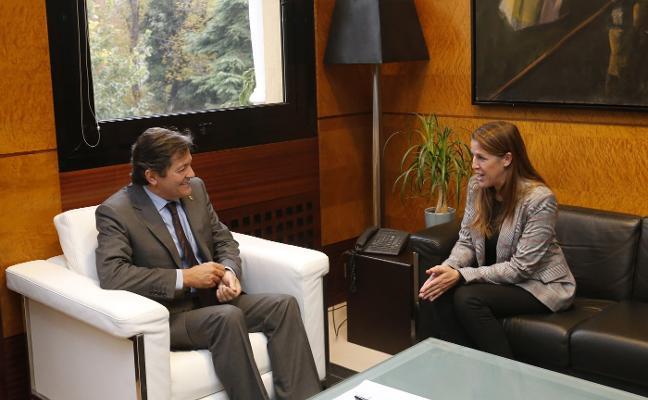 Javier Fernández promete estudiar la creación del vivero de empresas de Colunga