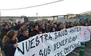 Apoyo masivo a los intoxicados por mercurio en una manifestación hasta la factoría de AZSA