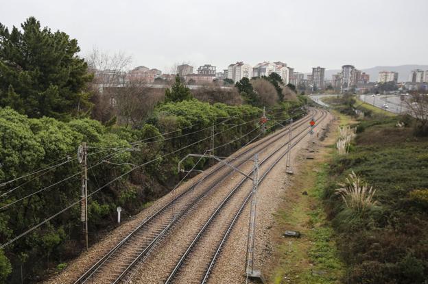 Vías de la línea Gijón-Laviana, afectada por la incidencia. / D. A.