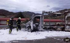 Un herido tras incendiarse en Lena una 'food truck' en la que vivían tres jóvenes