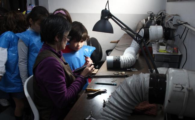 Los alumnos del Colegio Maliayo se convierten en expertos azabacheros