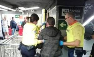 Agredido en el metro de Barcelona por llevar la bandera de España