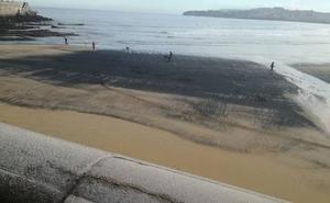 La playa de San Lorenzo, de nuevo cubierta de carbón