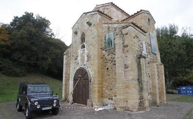 La iglesia de San Miguel de Lillo remata su nuevo portón de castaño