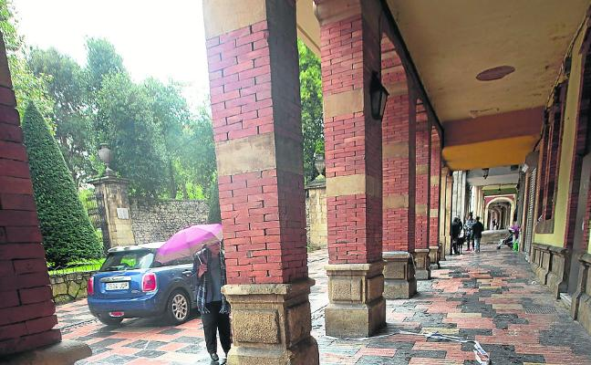 El Ayuntamiento requiere la reparación de las filtraciones en el antiguo geriátrico de Rivero