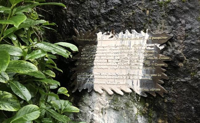 Pintadas en un monolito de Langreo