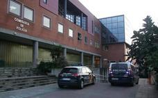 Se emborracha y se mete con el coche en el aparcamiento de la Policía Nacional de Gijón