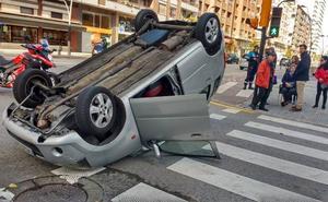 Herida una conductora tras volcar su coche en la avenida de Castilla de Gijón
