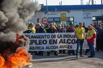 Trabajadores de Alcoa protestan ante la planta de Avilés
