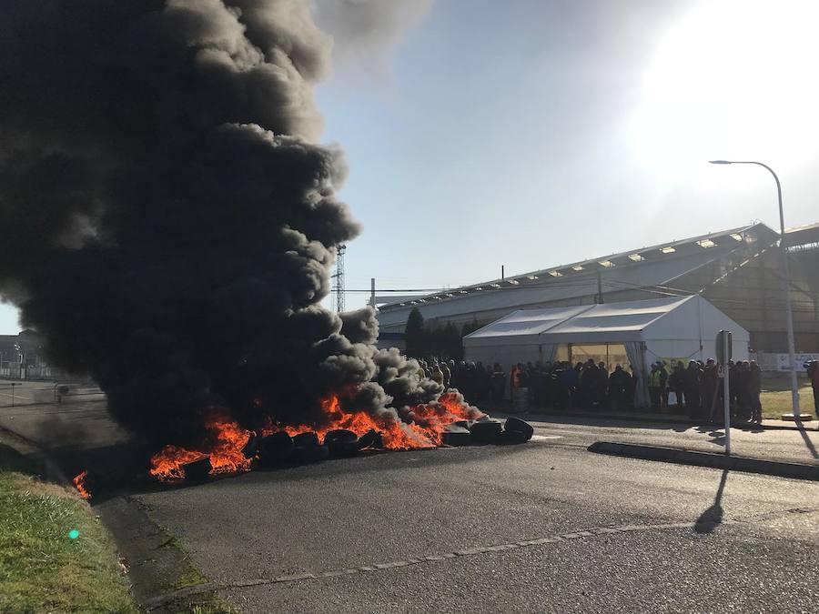 Un grupo de trabajadores de Alcoa en Avilés protesta quemando neumáticos