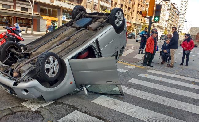 Herida una mujer de 70 años al volcar su coche en la avenida de Castilla