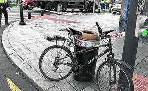 Una ciclista de 46 años muere al ser atropellada por un camión en Bilbao