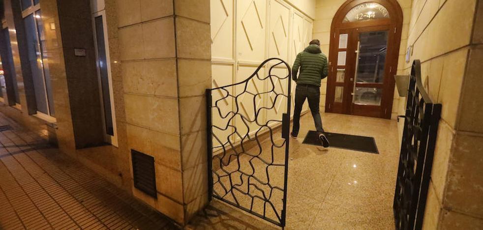 Hallan muerto a un hombre que dormía en un portal de Gijón
