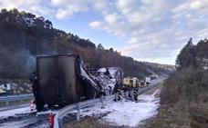 El incendio de un remolque obliga a cortar la A-8 en Llanes