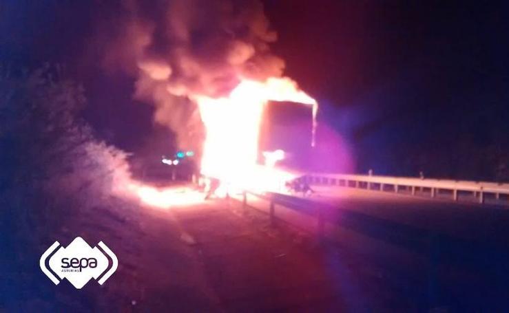 El incendio de un remolque obliga a cortar la Autovía del Cantábrico en Llanes
