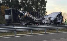El incendio de un remolque corta la A-8 en Llanes durante diez horas